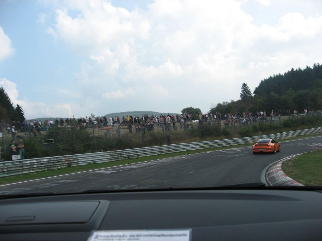 Prøver å henge på en Porsche 911 GT3