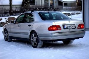 Mercedes E240 bakfra med skistativ